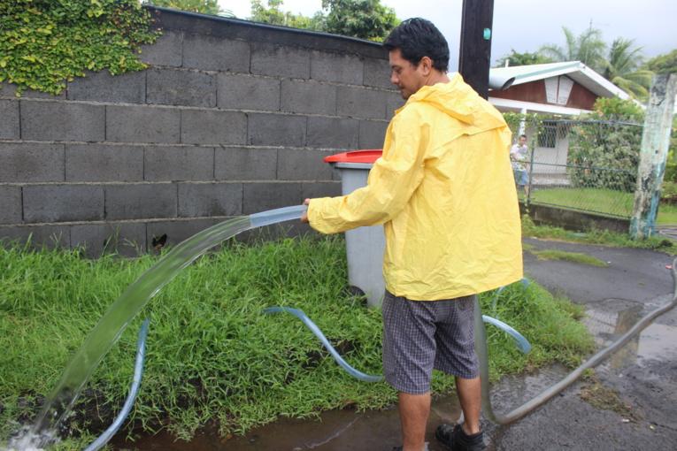 Les habitants du quartier de Taunoa avaient sorti les pompes pour évacuer l'eau de leur maison et jardin.