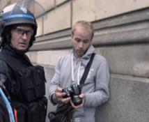 Des policiers obligent un journaliste à supprimer des photos pendant une manifestation à Rennes -dailymotion