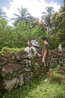 Face à face avec le plus grand tiki de Paeke ; il mesure environ cent soixante-dix centimètres de hauteur.