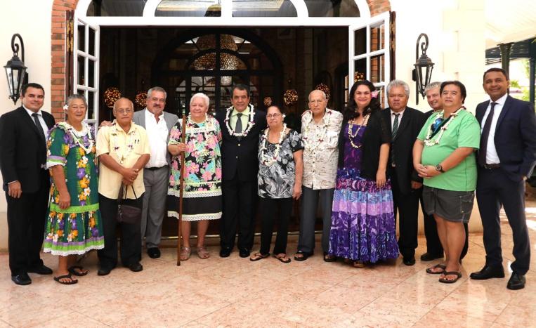 Les membres du nouveau bureau du Fare Vāna'a ont été reçus à la Présidence, le 19 juillet. Flora Devatine, qui a succédé à John Doom en tant que directrice de l'Académie, a ainsi pu présenter les membres du bureau composé d'Etienne Chimin, chancelier, Winston Pukoki, Johanna Nouveau, Mehao Huri, Virginia Teriimana et Yvette Temauri. Le président a rappelé toute l'importance qu'il attachait aux langues polynésiennes qui étaient le socle de notre culture. Il a également souhaité que l'Académie puisse être reconnue en tant qu'institution de la Polynésie française.