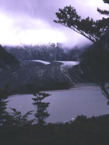 Les glaciers longeant des crêtes où l'érosion est très forte sont recouverts de débris rocheux et paraissent ainsi noirs.