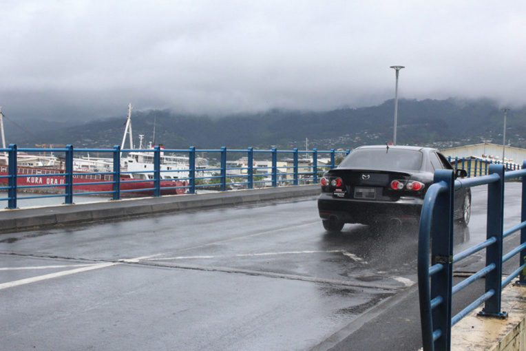 Un nouveau pont routier à une voie va être construit pour les convois de plus de 35 tonnes.