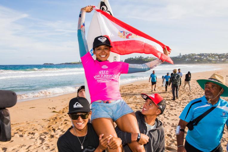 Vahine portée en triomphe par Kauli Vaast, à droite