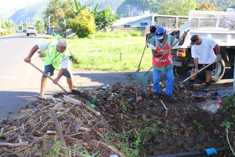 Les agents de la commune de Paea nettoient les dégâts occasionnés par les dernières fortes pluies.