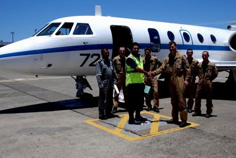 Un avion Gardian (Jet Falcon) de la marine française basée en Nouvelle-Calédonie lors de sa dernière mission de reconnaissance à Fidji, en décembre 2009, après le passage du cyclone Mick.   [165 Kb]