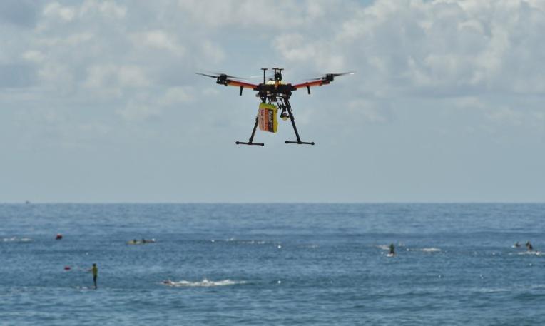 Première en Australie: des nageurs secourus en mer par un drone