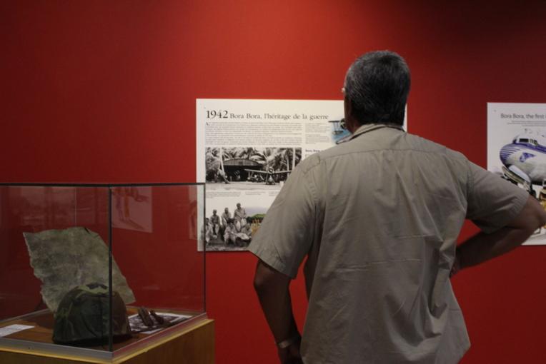 Une cinquantaine de panneaux explicatifs superbement illustrés par de nombreux dessins de Jean-Louis Saquet ou des photos pour beaucoup inédites, permettent au visiteur de s'imprégner de l'histoire de l'aviation polynésienne.