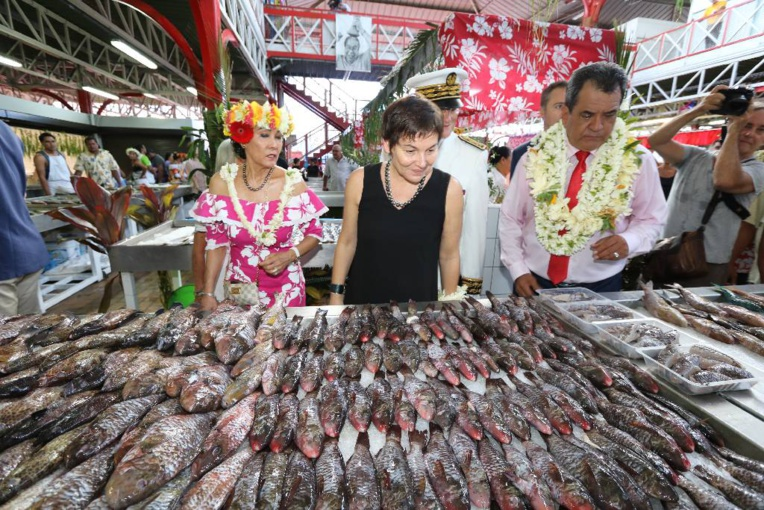 Annick Girardin a pris le temps de s'arrêter dans de nombreux stands du marché de Papeete dimanche matin.