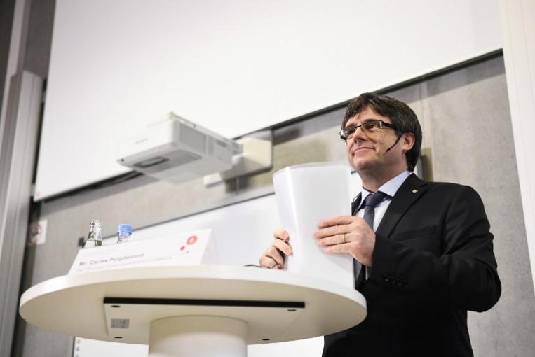 """Catalogne: Puigdemont affirme qu'il formera un gouvernement, malgré les """"menaces"""" de Madrid"""