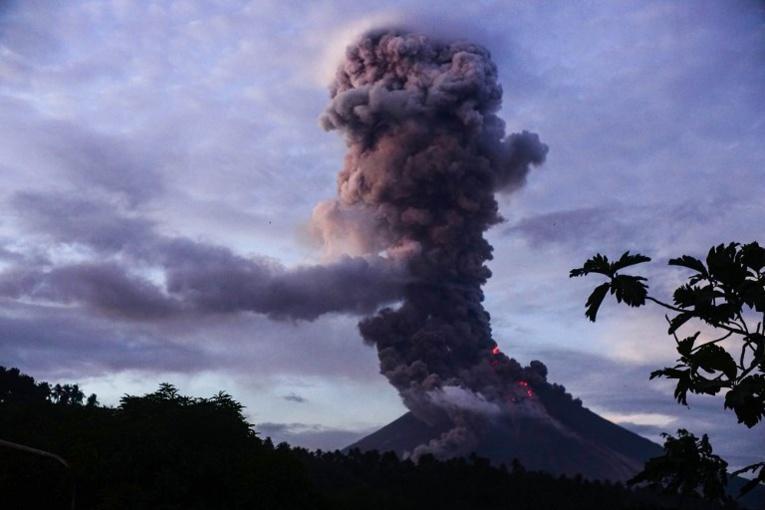 Philippines: un volcan crache des fontaines de lave