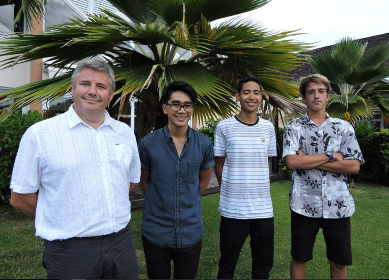 Frédéric Bolmont, professeur au lycée hôtelier de Punaauia, accompagne Jason, Tehuiarii et Alann au Salon de la gastronomie de l'outre-mer à Paris.