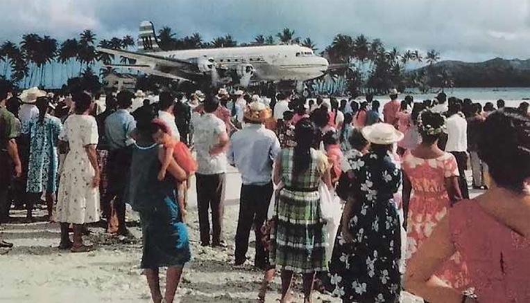 En bas, à Raiatea, un DC 4 de la TAI roule vers son parking sous les regards d'une foule de curieux. Tout au long des années 60, la TAI de Nouméa doit, comme pour les militaires, avoir recours au CIP de Faa'a pour leurs entretiens majeurs. Pour ce faire, les pilotes de la RAI et ceux de Calédonie échangent alors leurs appareils à Wallis. Ainsi, en ne faisant que la moitié de la route, les TAI peuvent continuer leurs services locaux avec le DC4 tahitien en attendant le retour de révision du leur.