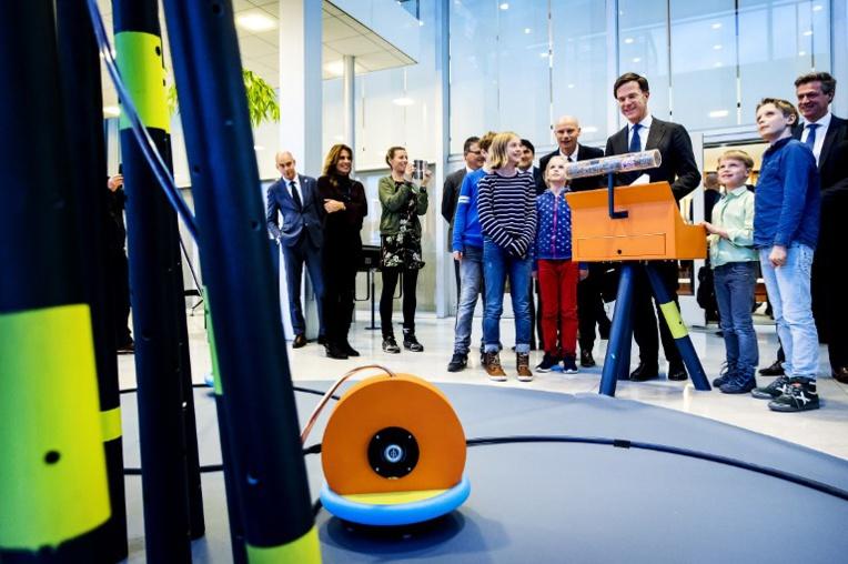 Aux Pays-Bas, des robots apportent le fromage et servent le café
