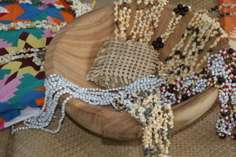 Sculpture (un umete), tifaifai, tressages, colliers de graines et de coquillages, tout l'artisanat de Tubuai sur une photo.