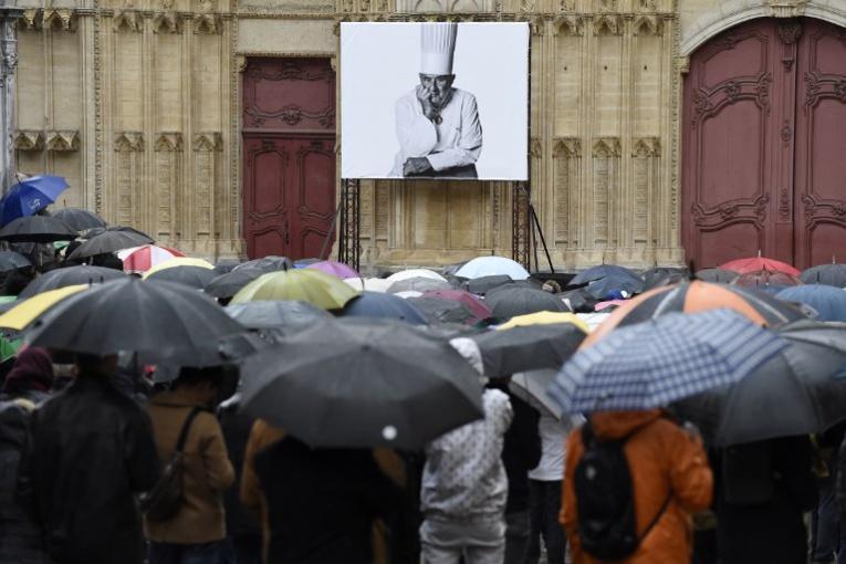 Une pluie d'étoiles et des centaines d'admirateurs ont dit adieu à Bocuse