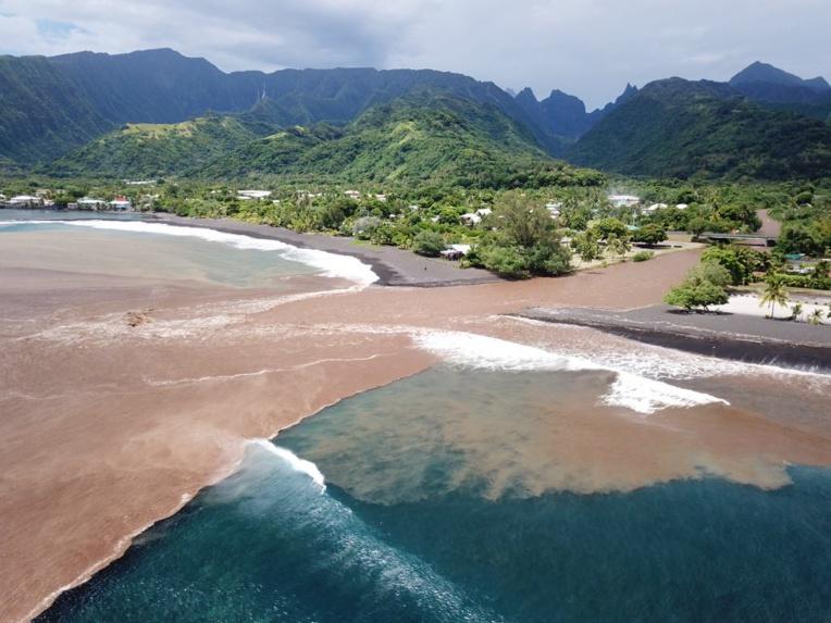 Taharu'u est le meilleur beach break de Tahiti