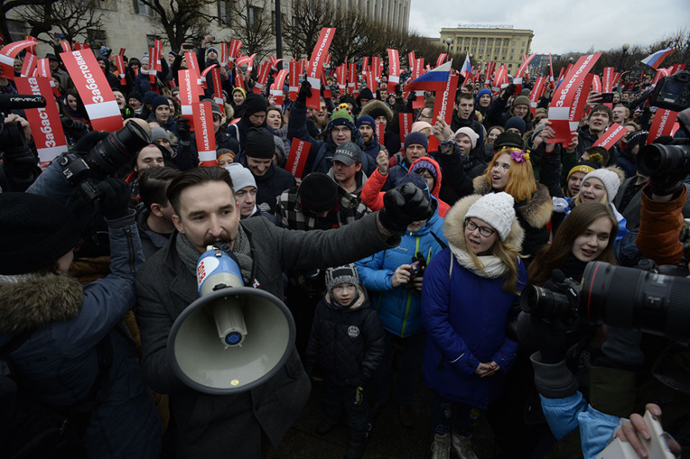 Des milliers de Russes manifestent contre Poutine, Navalny brièvement détenu