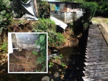 Habitations en danger : les berges s'érodent sous l'effet de l'érosion et les habitants sont directement menacés par un effondrement de leur fare (photos Matthieu Aureau)