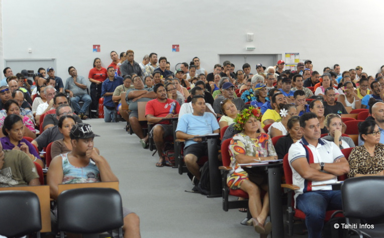 Les centaines de syndicalistes réunis ce mardi après-midi pour une grande réunion intersyndicale sont d'accord pour lancer une grève générale et illimitée dès le 15 février, pour bloquer le projet de réforme des retraites du gouvernement.