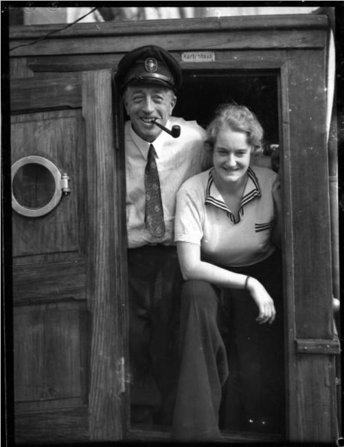 Von Luckner, ici avec sa jeune épouse, repassa à Tahiti en 1937 ; des rumeurs assurent qu'il retourna à Mopelia pour y récupérer le trésor qu'il y avait caché…