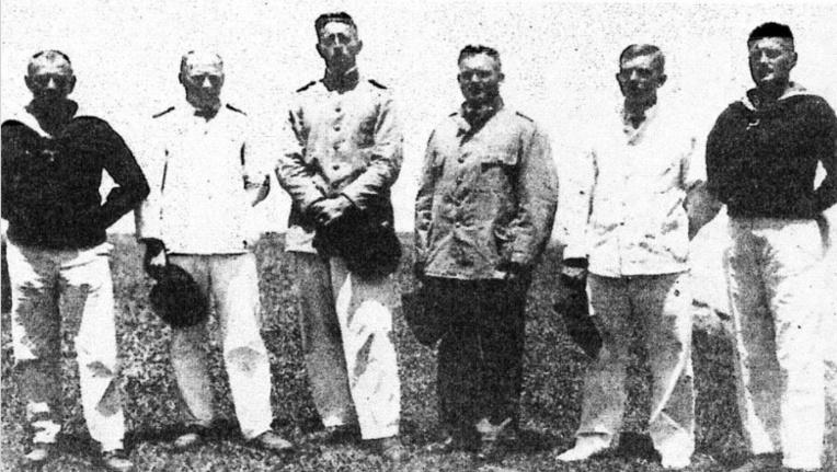 L'officier allemand (le plus grand sur la photo) lorsqu'il fut fait prisonnier et qu'il séjourna, captif, en Nouvelle-Zélande.