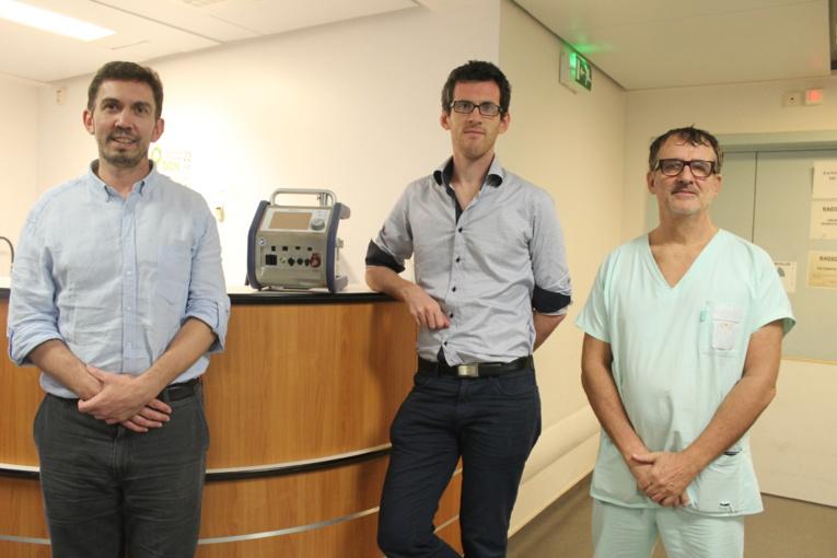 Le Professeur Charles-Edouard Luyt et le Dr Thibaut Schoell, de l'hôpital de la Pitié Salpétrière et le Dr Eric Bonnieux, de l'hôpital du Taaone.