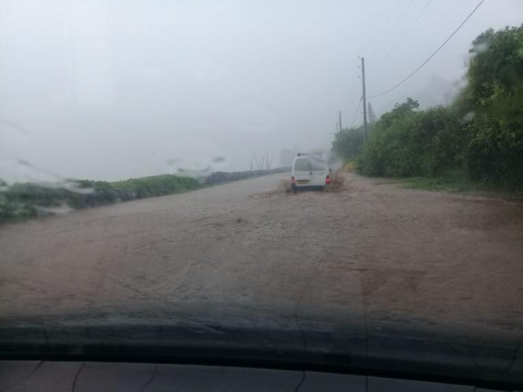 La route de ceinture à Papenoo s'est retrouvée sous les eaux ce lundi matin. (Photo amateur facebook)