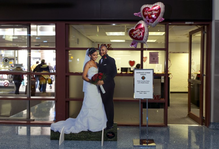 Permis de mariage au retrait des bagages, l'aéroport de Vegas l'a(...)