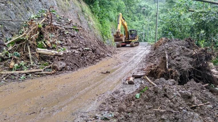 Les pluies dans la nuit de lundi à mardi ont entraîné un éboulement dans le secteur Outuofa'i à Fa'aone, privant d'électricité et  d'eau courante, les résidents de la zone. La commune a dépêché des techniciens sur le site afin de dégager la route, épaulés par les services du Pays. EDT était également sur place.