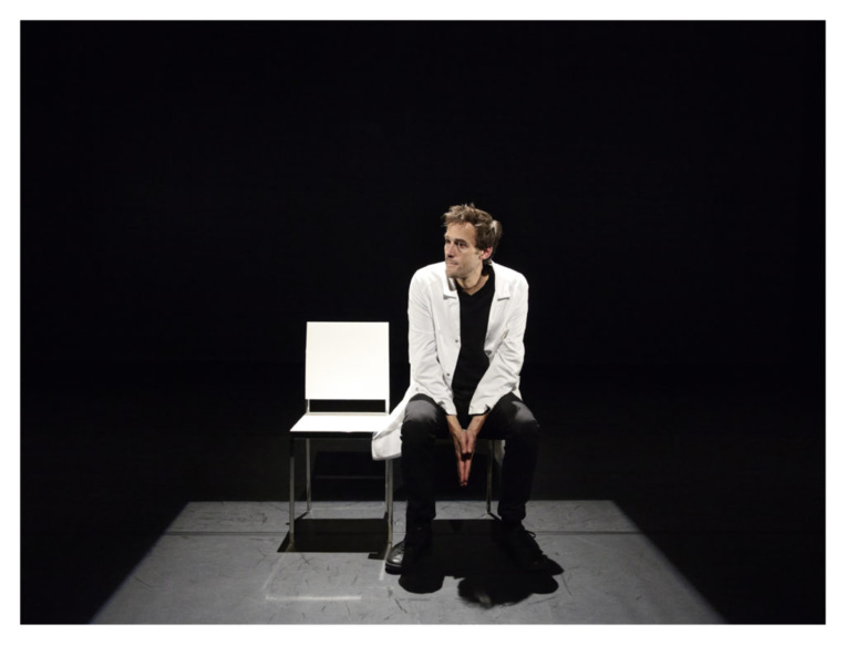 Seul sur scène, l'acteur va tout au long de la pièce alterner entre les rôles de conteur, de médecin, des parents, de la receveuse… grâce à un jeu de lumières et de quelques accessoires vestimentaires.