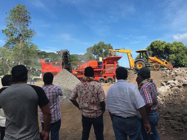 La commune s'est équipée d'un concasseur qui pourra fournir suffisamment de gravier pour tous les chantiers publics et privés de l'île.