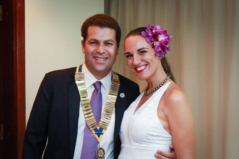 Le président du Rotary, Mourad Mikou, portant le collier des présidents, aux côtés de son épouse, Canelle.