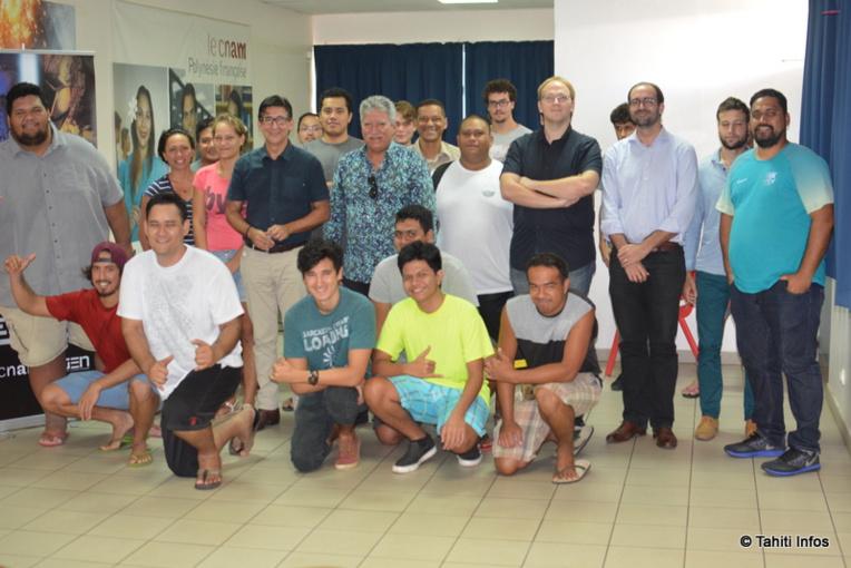 Les 21 jeunes participants au deuxième Web Jam polynésien, entourant le jury qui a départagé leurs créations