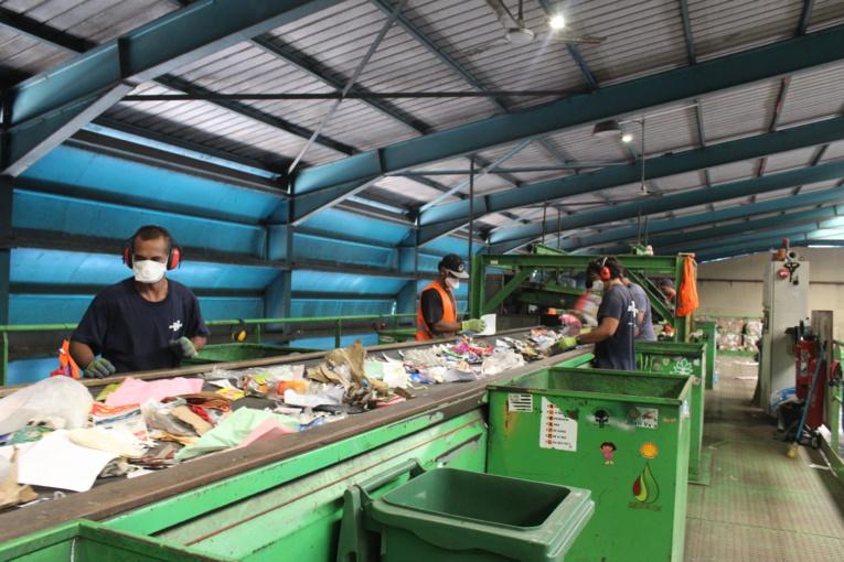 Les opérateurs sont placés de part et d'autre du tapis roulant, chacun à la charge de récupérer une catégorie de déchets.