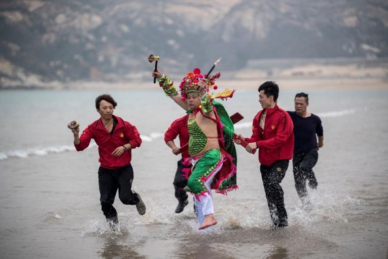 Dieux et pêcheurs se ruent à la plage pour le Nouvel an chinois
