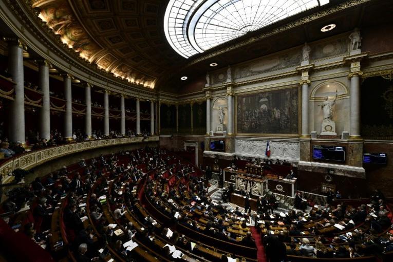8 mars: l'Assemblée suspend brièvement ses travaux symboliquement à 15h40