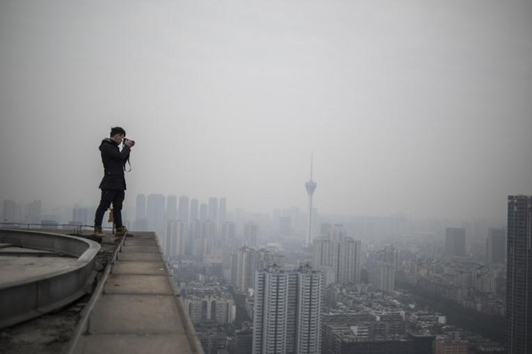 Chine: il grimpe sur les gratte-ciel pour des photos choc