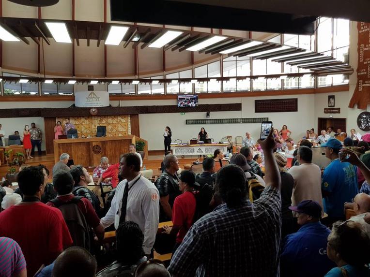 Les grévistes forcent les portes de l'Assemblée, Angelo Frébault annonce un blocage général