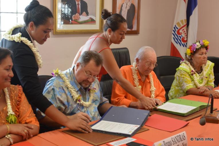 Les représentants des partis Tahoera'a Huiraatira, Here Ai'a et Ia Hau Noa ont signé leur alliance électorale ce vendredi 9 mars.