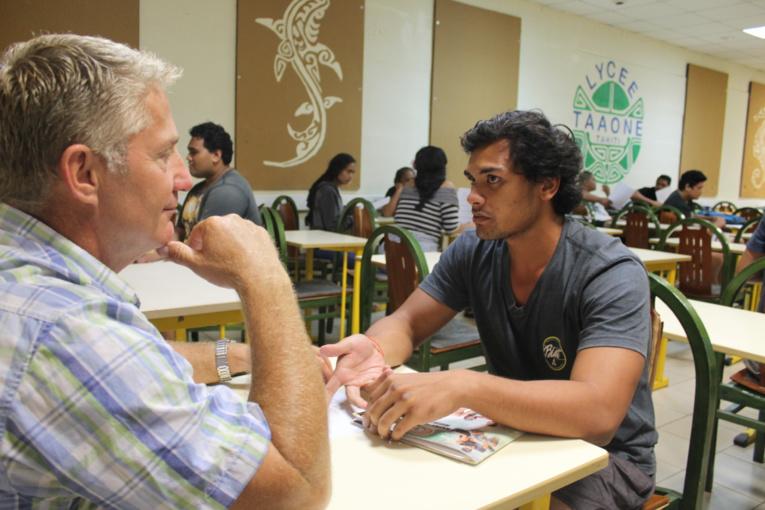 Tahiri en plein speed dating avec Serge Bernaix, un professionnel de l'entreprise Boyer.