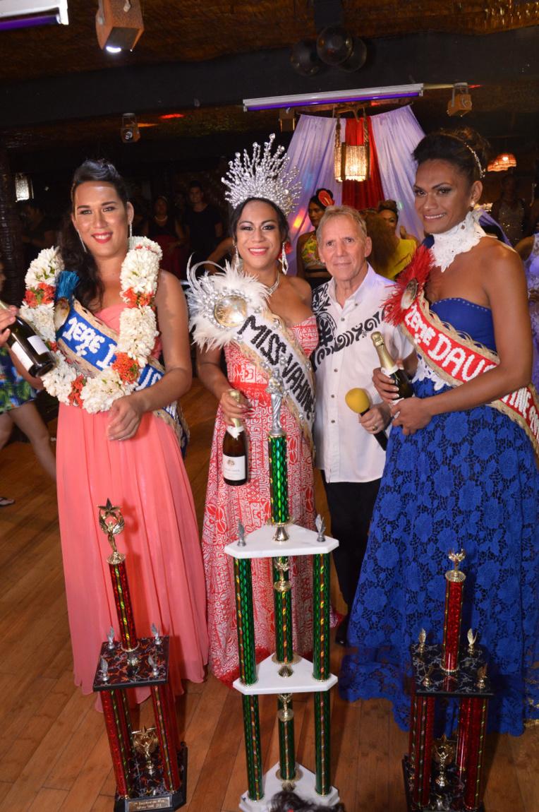 Le trio gagnant: Eva, Tara et Heia en compagnie de Jean-Claude Mensier.