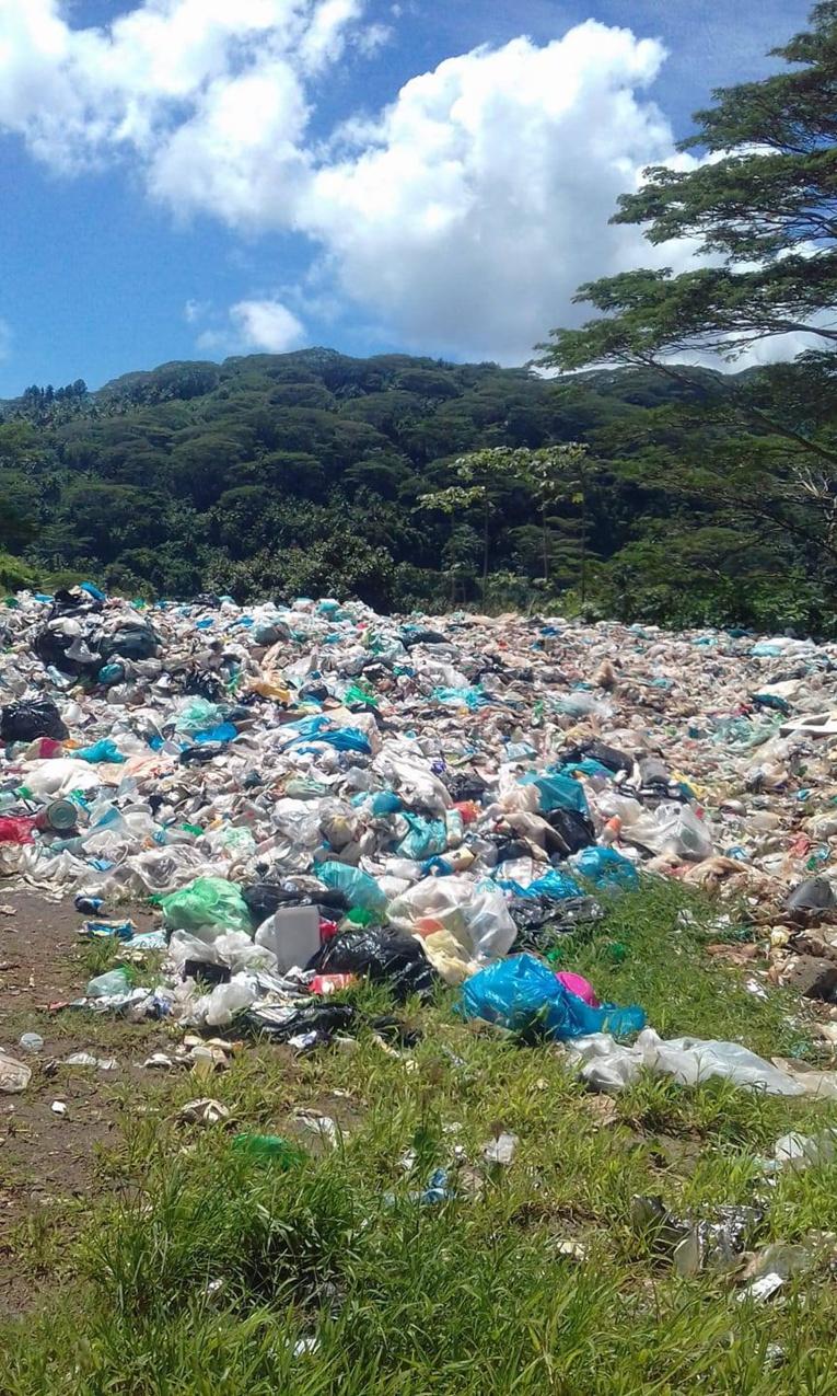 """Des habitants de Tahaa dénoncent l'inactivité de la municipalité face à ce dépotoir """"sauvage"""" qui se trouve dans la vallée de Pahure."""