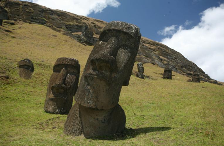 Les moai de la carrière du Rano Raraku n'étaient pas destinés à être transportés nous dit-on ; c'est faux, bien entendu, mais malheureusement, au-delà de 9 m de hauteur, ils n'étaient quasiment plus transportables, le plus grand d'entre eux (11m) se trouvant brisé à moins de 2 km de la carrière.