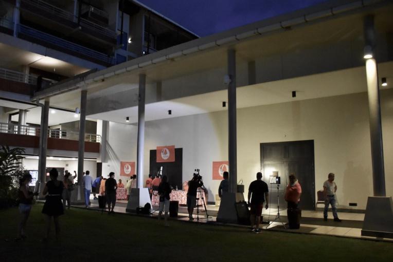 La réunion s'est tenue à huis clos jusque vers 21 heures, sous le joug d'une organisation stricte, dans la salle de conférence à l'arrière de l'ancien hôtel Radisson, Arue.