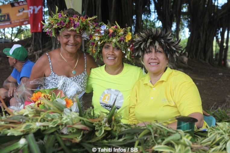 Le concours de la plus belle couronne de tête avec la gagnante, à gauche, Vaseti Teriiapuare