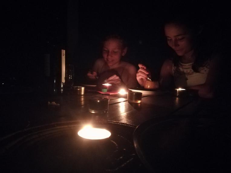 Dîner à la bougie pour ces jeunes filles solidaires de l'opération Earth Hour.