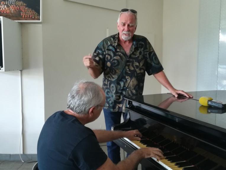 Frédéric Rossoni au piano et  Jean Croteau au chant.