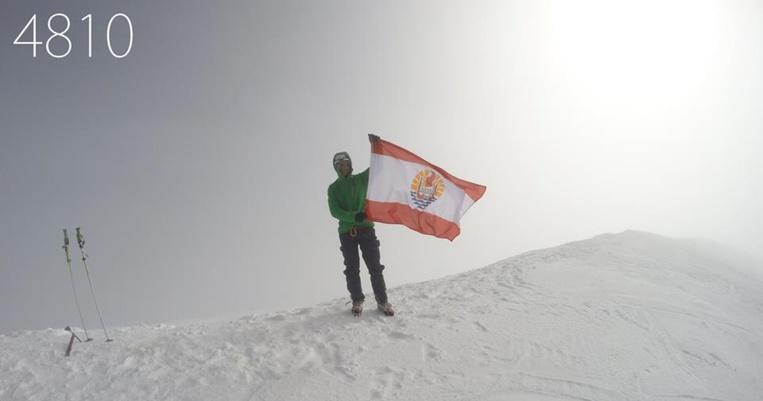 Ce jeune architecte tahitien a porté le drapeau de la Polynésie jusqu'au sommet du Mont Blanc en 2014 alors qu'il venait de terminer ses études. Depuis, il est revenu exercer son métier au Fenua. Beaucoup de ses camarades polynésiens sont restés en métropole, où trouver un emploi qualifié est plus simple.
