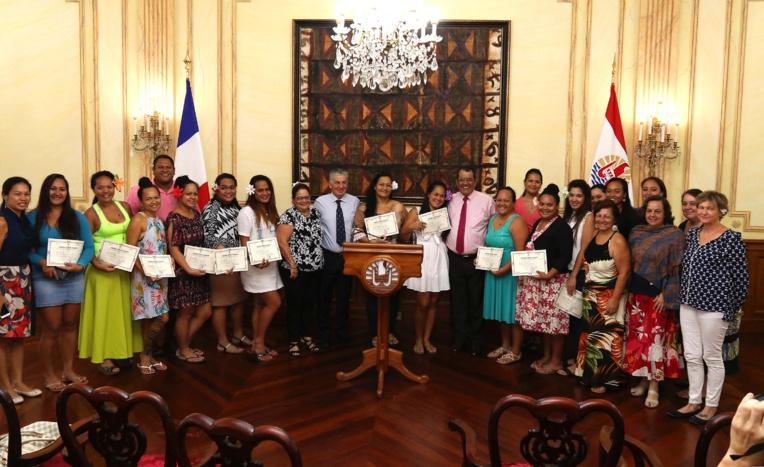 Les 20 étudiants de la promotion  des aides-soignants ont reçu leur diplôme jeudi à la Présidence. Crédit Présidence de la Polynésie.