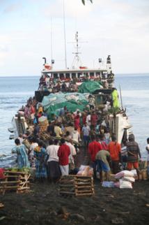 """Le bateau qui """"beache"""" à Ranon ; vos fougères sculptées  y seront embarquées jusqu'à Port-Vila. C'est après que tout se complique véritablement…"""
